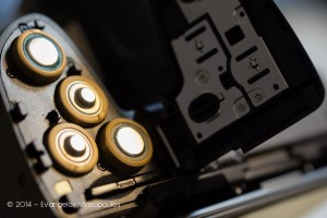 Η τοποθέτηση των μπαταριών και της SD κάρτας στη Nikon Coolpix L830